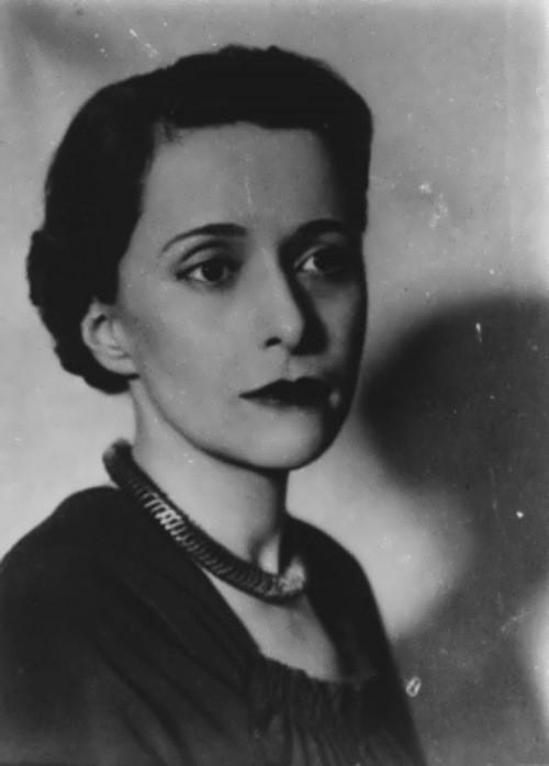 Её первое стихотворение было опубликовано в феврале 1922 года в журнале, изданном небольшим тиражом, к первой годовщине литературной группы «Серапионовы братья».  В июне 1922 года с мужем В. Ф. Ходасевичем эмигрировала из Советской России