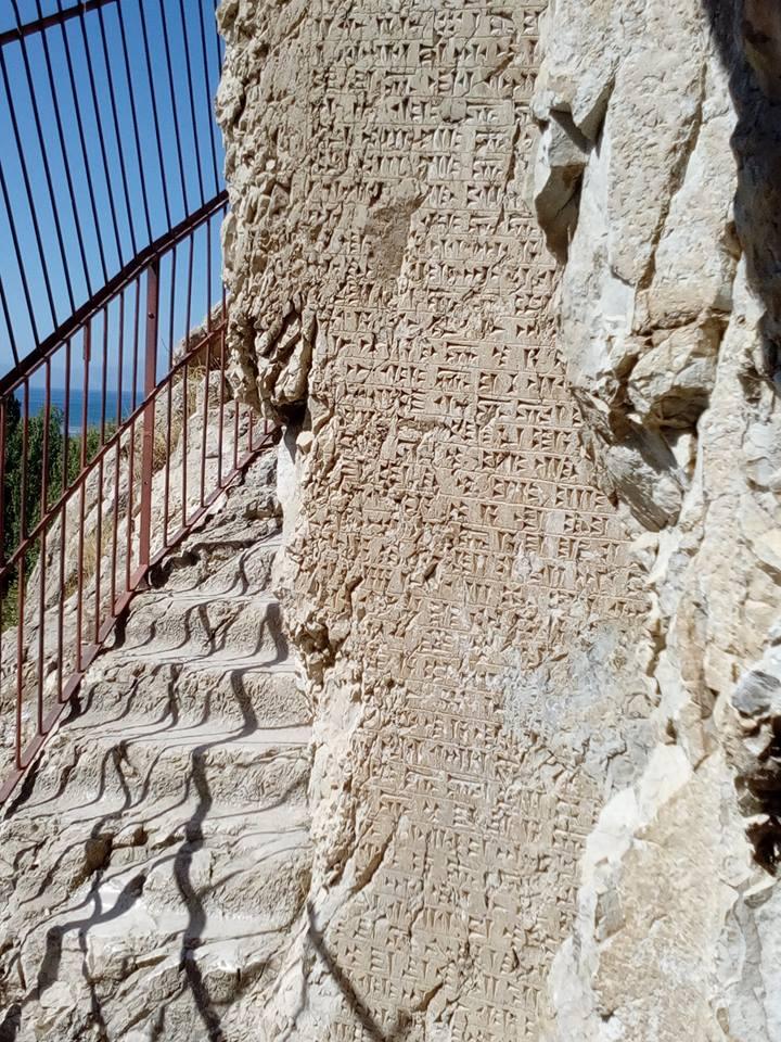 Наскальная надпись гробницы царя Аргишти - основателя Еревана. Ван, 2017 фото Инессы Тащян
