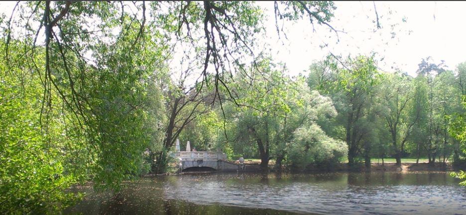 Символом поселка является мост, венчающий плотину наречке Хрипанке. Построенный в1912-14 годах попроекту архитектора Александра Таманянаизжелезобетона, онобветшал ив1999 году, был воссоздан впрежнем виде, нотеперь уже измрамора. фото Игоря Борщевского