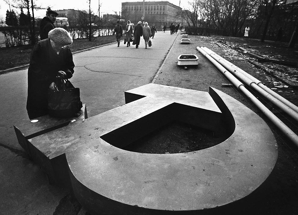 Женщина поставила сумку на сброшенный с пьедестала «серп и молот». 25 декабря 2011 года была двадцатая годовщина падения СССР. (Alexander Nemenov/AFP/Getty Images) фотоhttp://offline.by