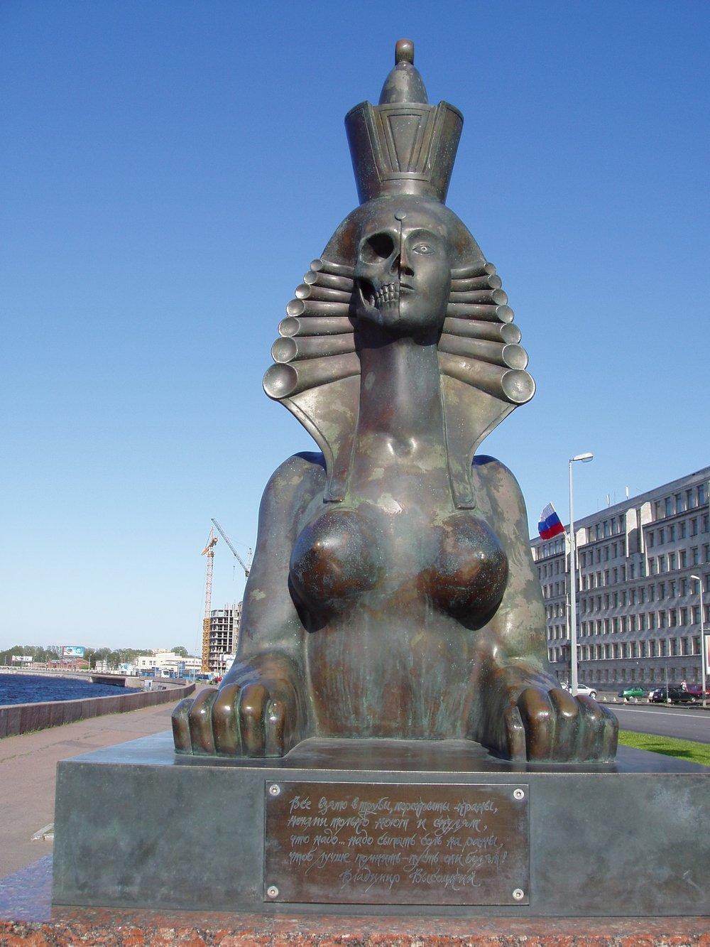 Замечательным памятником, заставляющим думать, называл Сфинксов Шемякина в Санкт-Петербурге академик Дмитрий Лихачев