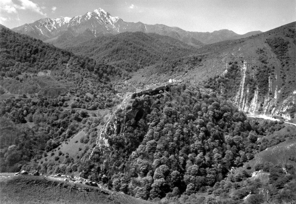 Вид на Гюлистнскую крепость на фоне Мравского хребта, фото: Артак Гулян (сайтmazzoniguide.livejournal.com