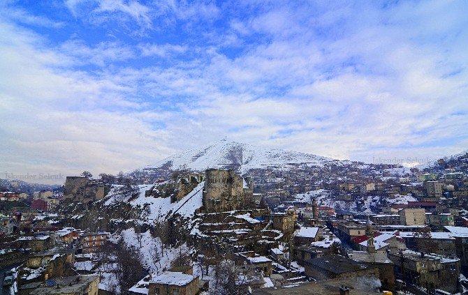 Но в реальности Сароян «увиделстарые, разрушенные дома, церкви со склонившимися куполами, однако неувидел могил – того, что напрямую соотнесло бы его с армянским прошлымгорода. фото d.hedefhalk.com