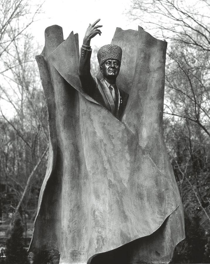 Надгробный памятник Махмуду Эсенбаеву. автор - Андрей Ковольчук (фотоkovaltchuk.ru)