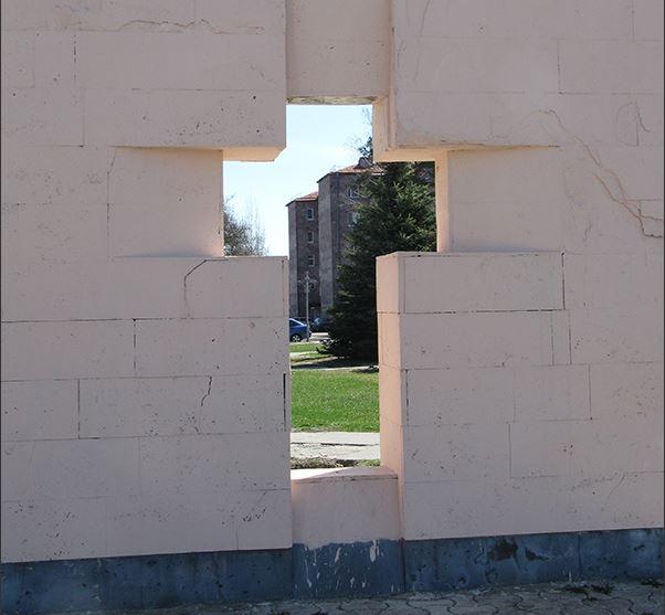 Этот прием довольно часто используется армянскими архитекторами, в том числе и Ара Арутюняном, и Джимом Торосяном при строительстве новой церкви в Эчмиадзине.