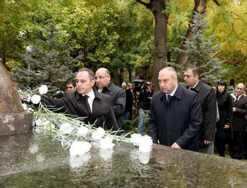 """27 октября 2011 года. Экс-Президент Армении, в настоящем независимый директор АФК """"Система"""" Роберт Кочарян возлагает цветы к мемориалу. thecodingloop.com"""