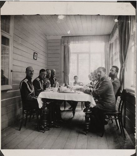 Цесаревич Алексей обедает с офицерами