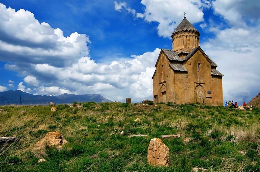 Церковь стоит на возвышенности за рекой, справа от трассы Ереван—Сисиан. Ее сразу замечаешь, въезжая в долину реки Арпа.