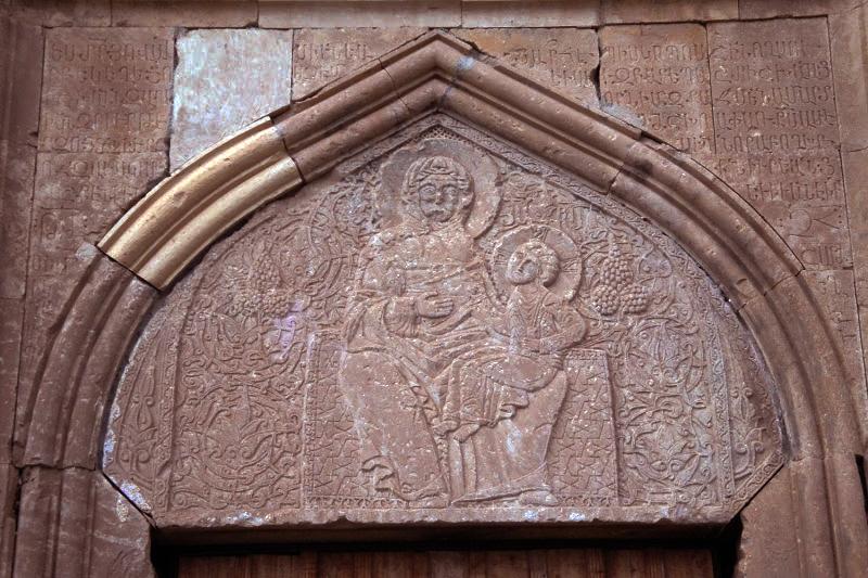 Тимпан западного входа богато декорирован орнаментом в форме стилизованной виноградной лозы. В его центре - Пресвятая Богородица и ее Сын, сидящий на левом ее колене.