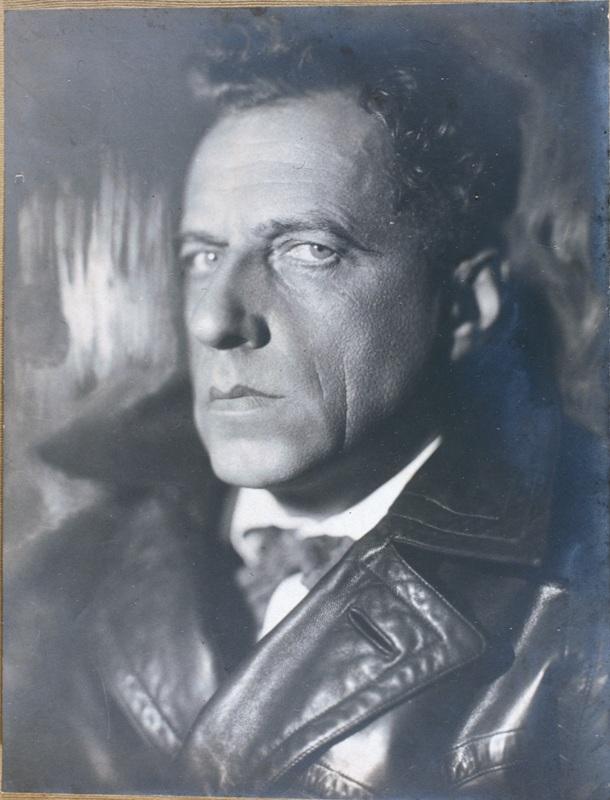 Режиссер Всеволод Мейерхольд в объективе фотомастера Моисея Наппельбаума, создавшего собственную,только ему присущую творческую манеру исполнения студийногофотопортрета.