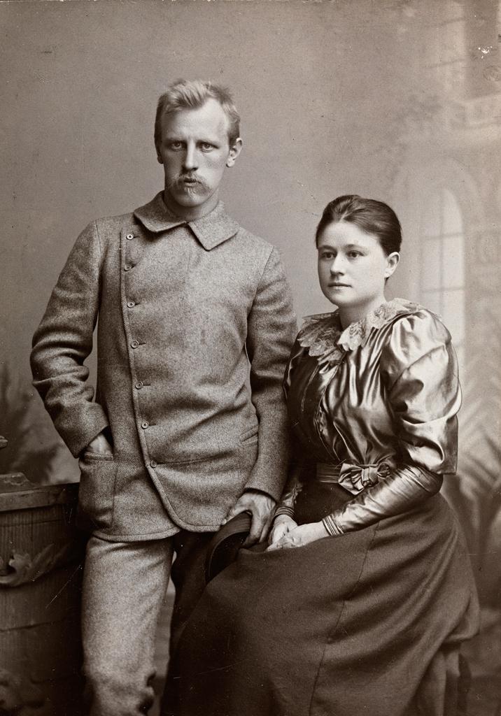 Нансен впервые встретил свою будущую женуЕву Сарс в феврале 1888 года на лыжной прогулке, но тогда не обратил на неё ни малейшего внимания