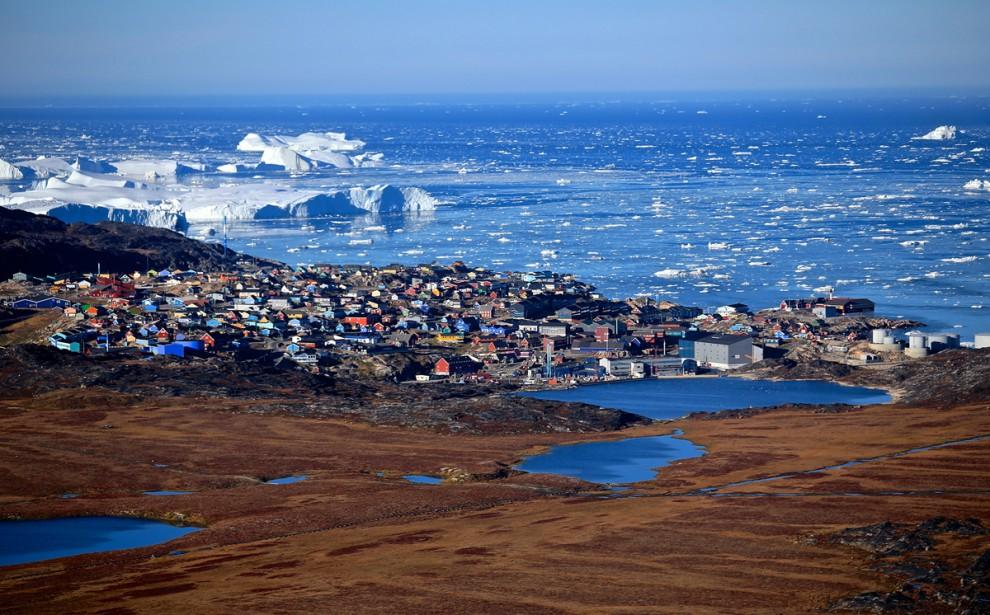 """""""Я сделал этот снимок во время перелёта на вертолёте из города Илулиссат в Гренландии. Пёстрые дома эскимосов на берегу живописного фьорда. Это один из самых захватывающих пейзажей, которые мне доводилось видеть в жизни. В прошлом участок в нижней части этого изображения был покрыт льдом. Однако, площадь ледяного покрова в Арктике значительно уменьшилась за последние годы"""", - писал об этой удивительной земле фотограф Charles Lin."""
