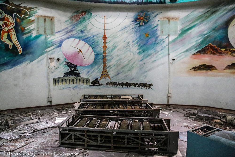 В живом журнале блогера zavodfoto можно прочитать подробный фоторепортаж о том, как была заброшена самая северная станция спутниковой связи «Орбита».