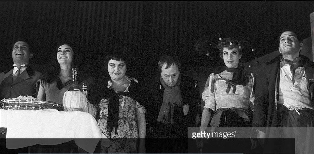 """На этой уникальной фотографии - выход на поклоны после спектакля """"Нищета и благородство"""", сыгранного 23 ноября 1956 года.Рози Варт в причудливой шляпе. Постановка актера, режиссера Жака Фабри."""
