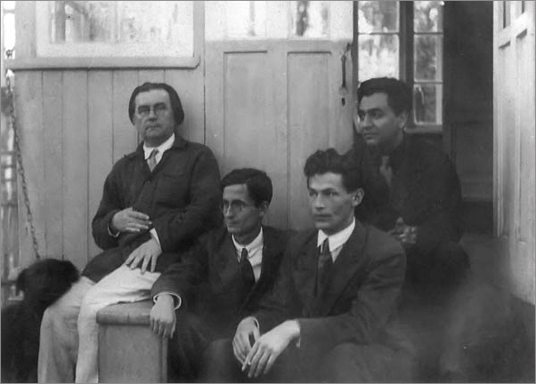 Казимир Малевич, Владимир Тренин, Теодор Гриц, Николай Харджиев (слева направо). Немчиновка, 1933