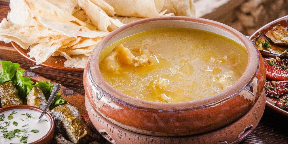 Супы - Супы готовят на бульонах — мясном, рыбном и грибном, овощных и фруктовых отварах, а также молоке.