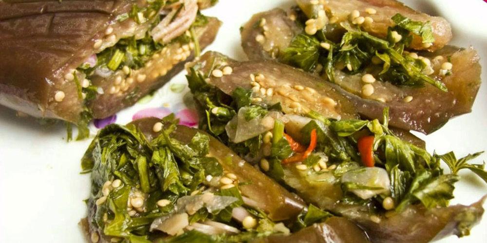 Маринады и соленья - Маринады и соления готовят из различных овощей (иногда даже из плодов и ягод — маринованный виноград). Подают их к жаренному мясу, птице, рыбе. Маринады и соления входят в состав некоторых салатов. Подают их и как самостоятельную закуску.