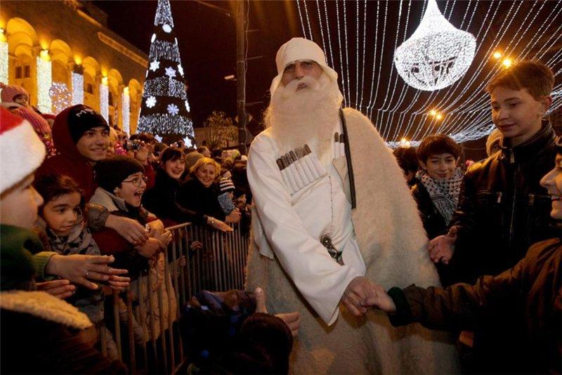 Родился этот Дед Мороз в селе Ушгули, носит черную чоху с белой буркой. Головной убор называется сванская шапка. В волшебном мешке - хуржин, Товлис Бабуа носит подарки, которые дарит детям.