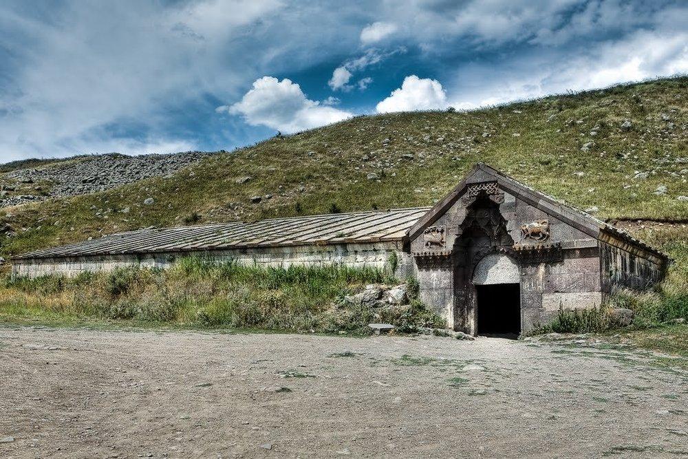 Армения была одним из ключевых узлов Великого Шелкового пути. На фото - Селимский Караван-сарай (static.esosedi.org)