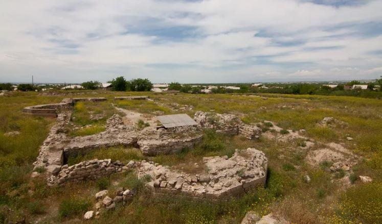 Это основание церкви Святого Аменапркич - то, что сохранилось в древней столице Армении Двин. Фотоkuda.ua