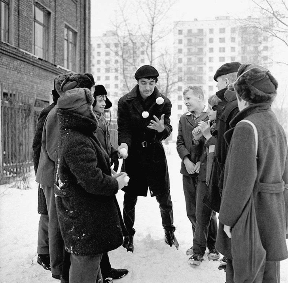 Леонид Енгибаров почти всю жизнь прожил в Марьиной Роще, районе Москвы к северу от Садового кольца. Фотография сделана как раз на одной из улиц этого района в1965 году
