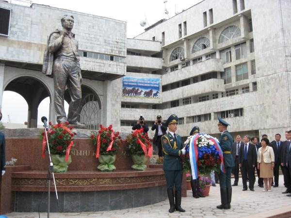 Открытие памятника Ч.Т. Айтматову в Бишкеке в 2011. Фотоrg.ru