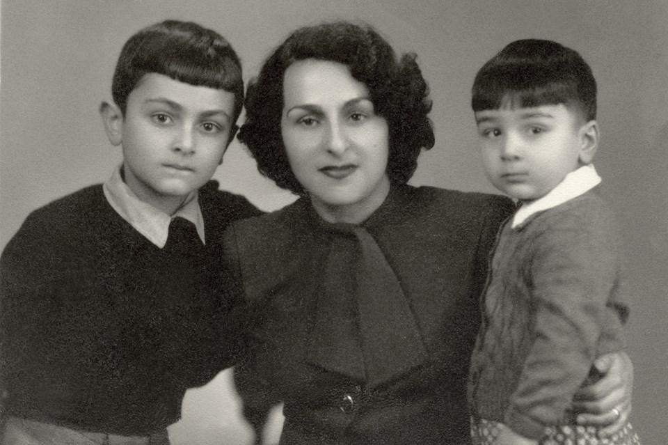 На этой фотографии из семейного архива, принадлежащего журналисту Григору Эмину-Терьяну, - Нвард и ее сыновья: Ваан (старший) и Григор Эмины.