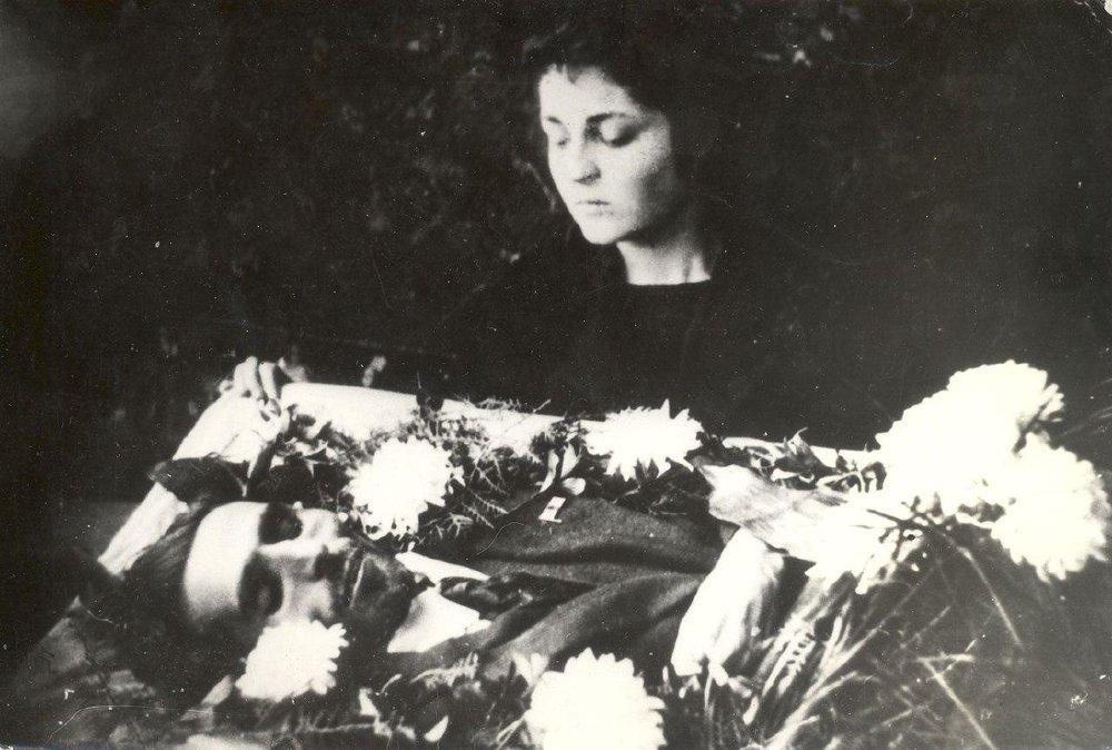 Анаит у гроба мужа в Оренбурге, 1920 года