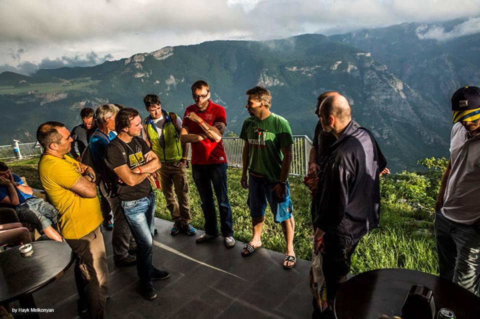 Глеб Вореводин (посредине в зеленой футболке) стал организаторов бейсфестиваля в Армении.
