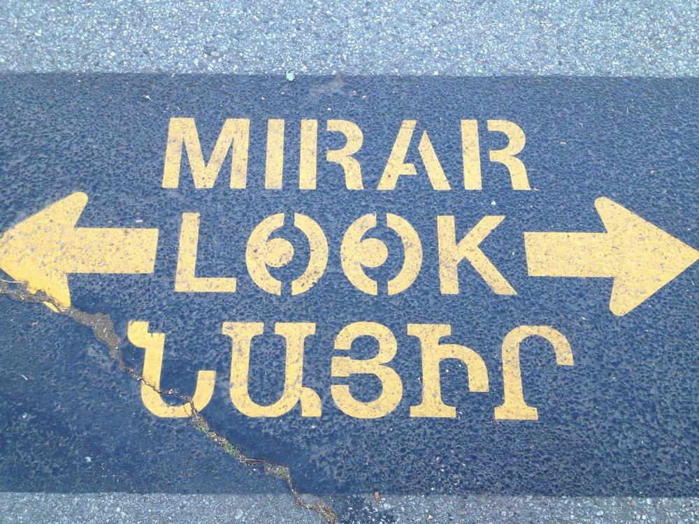 В Глендейле, который является одним из самых густонаселенных армянами городов, с 2011 года установлены дорожные знаки и указатели также на армянском языке, поскольку значительную часть местного населения составляют армяне