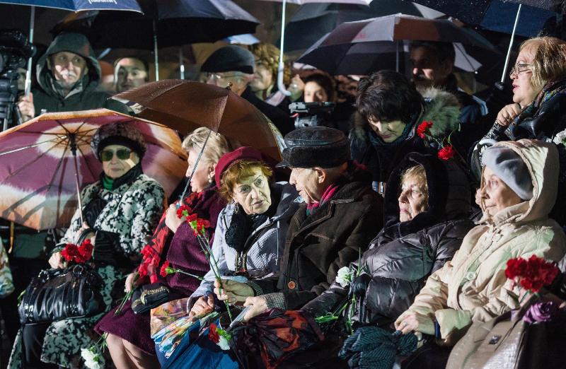 Самыми дорогими гостями на открытии мемориала Стена Скорби были потомки жертв политического геноцида. Фото mos.ru