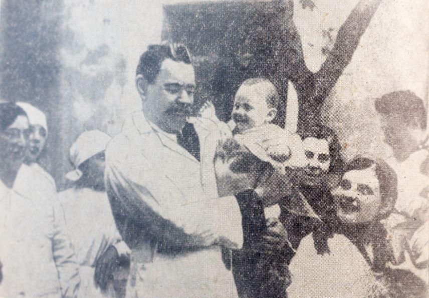 Максим Горький в детских яслях. Армения. 1928 год. Фото М.А. Пешкова
