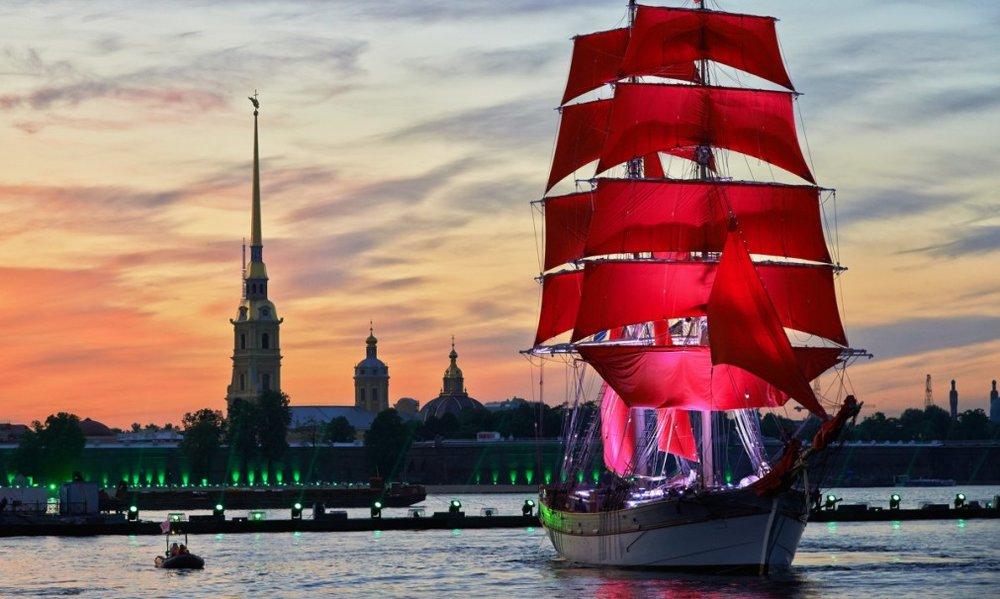 Это удивительный праздник выпускников учебных заведений Питера с романтичным названием по одноимённой книге. Фотоfor-travels.ru