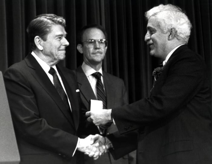 Президент Рональд Рейган вручает Национальную Медаль за вклад в развитие технологии Дамадьяну, 1988 год