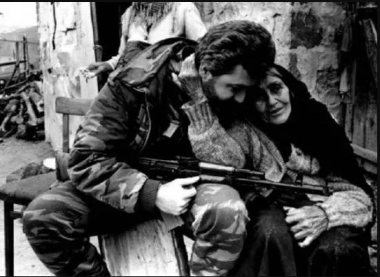 """""""Армянский воин и азербайджанская бабушка"""". Фото Завена Хачикяна"""