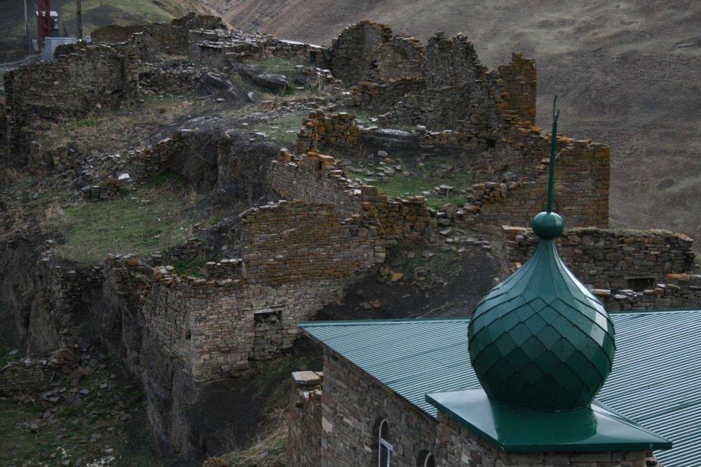 Селение Шарой в Чечне.Руины жилых башен и восстанавливаемая мечеть. Фото Сергея Новикова
