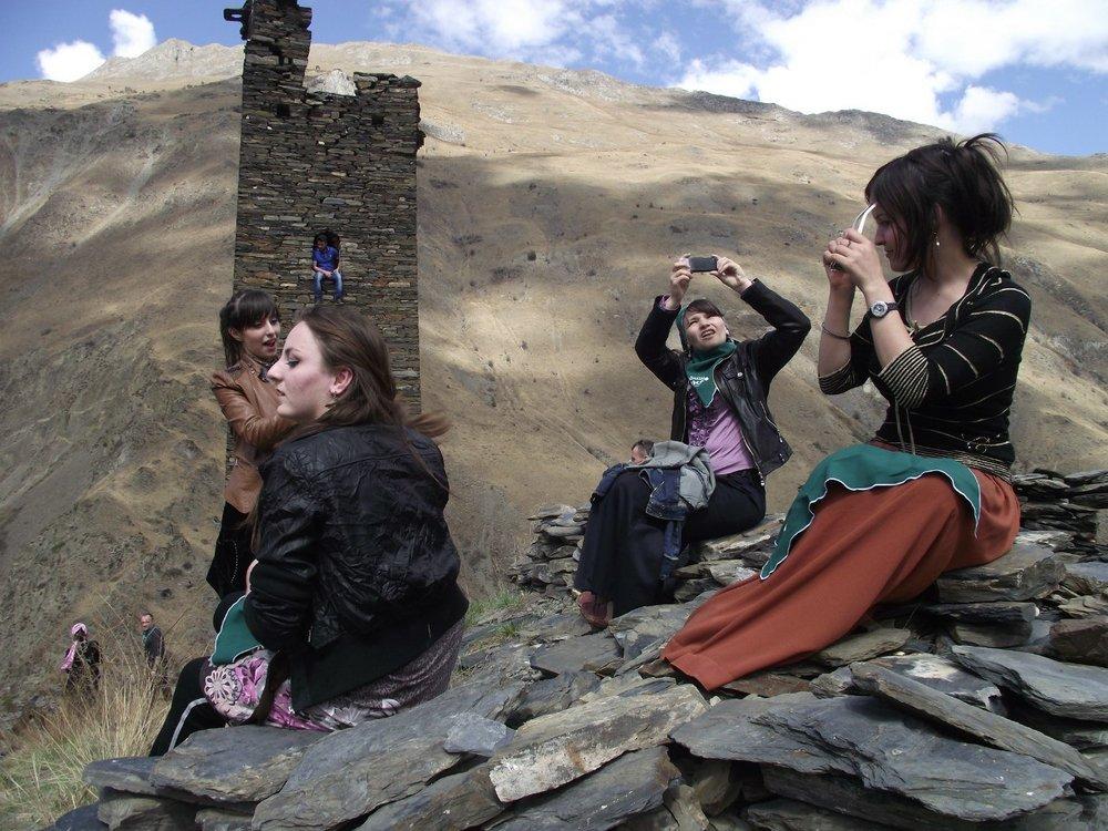 На фотографии Валентины Алёхиной- чеченские девушки в так называемом Городе мертвых Цой-Педе.