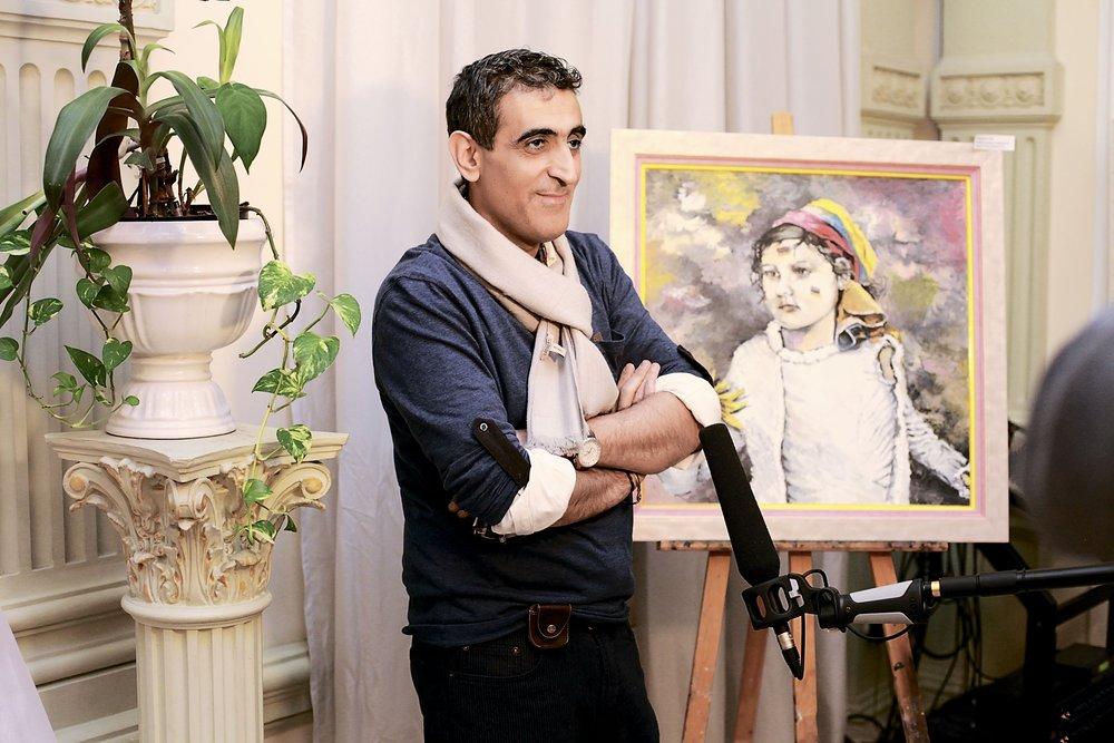 Аркадий Севумян на выставке, устроенной несколько лет назад Анной Гиваргизян на Покровке. Фото zham.ru