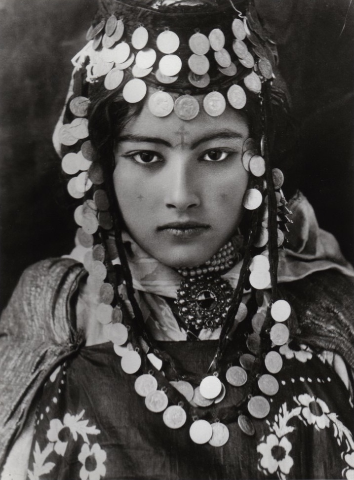 Читатель нашего сайта Александр Гулян из Санкт-Петебурга пишет, чтотакие тату, как у девочки берберки, ставили на армянках курды и некоторые арабские племена вокруг Дер-Зора