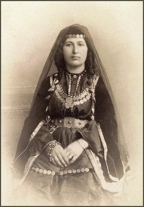 На этом старинном фото: армянка Шуши (Нагорный Карабах- Арцах). А ведь действительно национальные костюмы армян и берберов (амазахов) очень похожи. Фотоliveinternet.ru