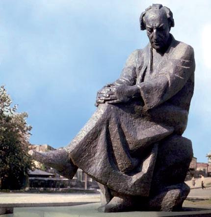Памятник поэту Аветику Исаакяну работы Николая Никогосяна.