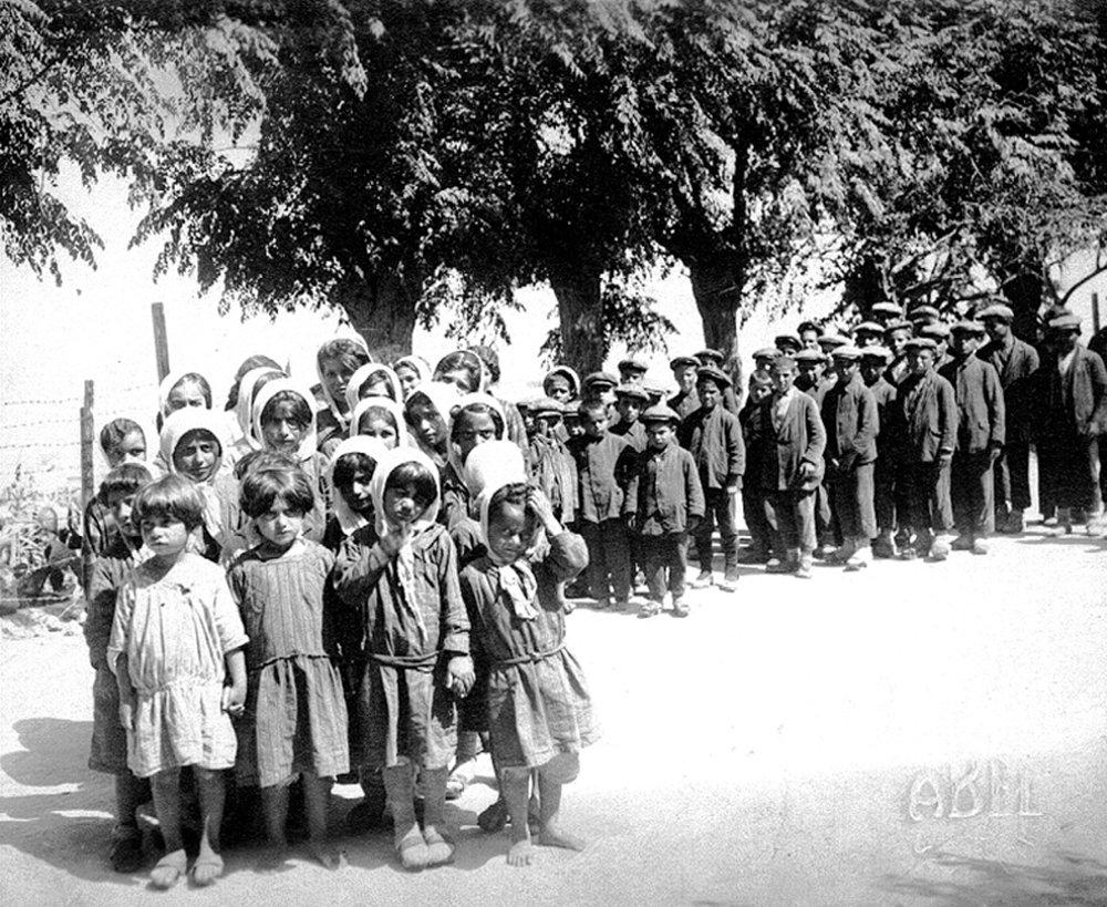 Колонна армянских детей. Фото alexandrtrofimov.ru