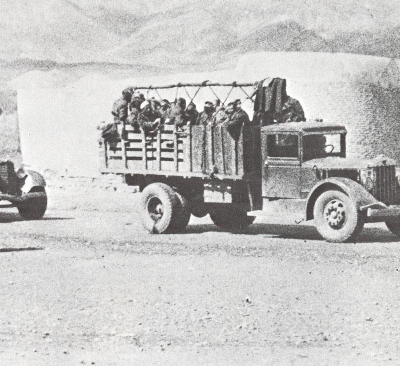 Грузовики с красноармейцами пересекают иранскую границу. 25 августа 1941 года