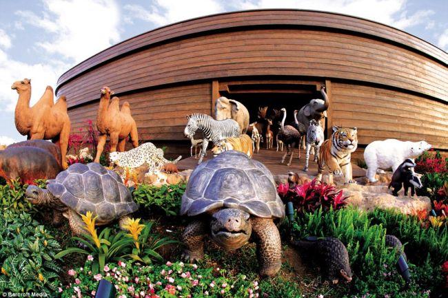 Трое архитекторов из Гонконга решили сделать копию Ноева ковчега, описанного в Библии, вместе с животными, которые спаслись на нем от потопа. Их творение, которое достигает 150 метров в длину и 25 в ширину, находится в одном из тематических парков Гонконга. Самое интересное, что в этом ковчеге спрятались ресторан и отель, где можно не только отдохнуть, но и перекусить. Фото miruma.ru