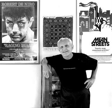 Мардик Мартин с постерами фильмов, сценарии которых были им написаны,—«Бешеный бык» и«Злые улицы»