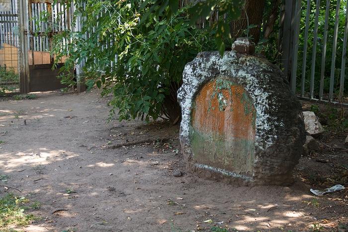 В детском парке на месте старейшего кладбища Москвы - Лазаревского- можно увидеть такие артефакты.