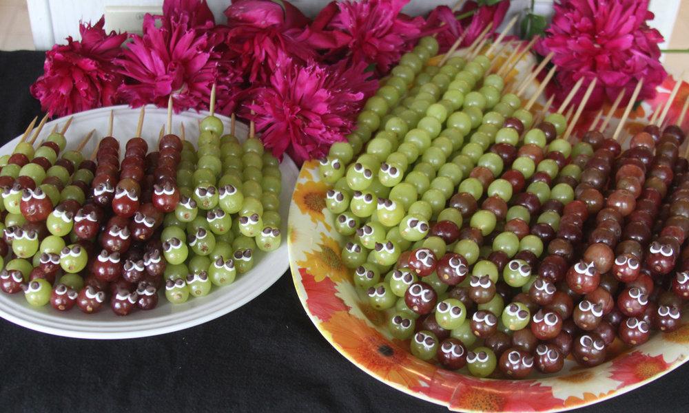 Гусеницы из винограда - для радости ваших детей. Фотоhttp://ustroim-prazdnik.info