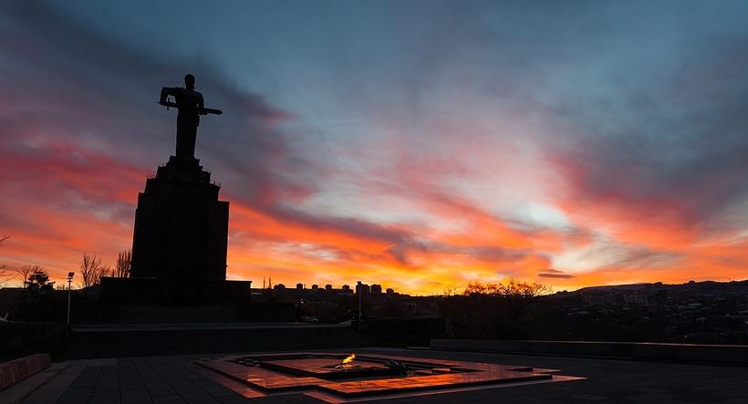 Мать Армения— монумент в честьпобедыСоветского Союза в Великой Отечественной войне. Расположен в Ереване в Парке Ахтанак, возвышающемся над центром города