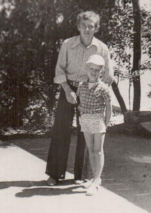 На этом снимке Виктор с дядей Саркисом