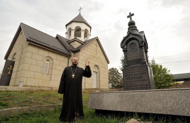 Могила Терзиева во дворе армянской церкви Майкопа